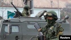 Вооруженные люди в военной форме в крымском городе Балаклава. 1 марта 2014 года.