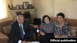 Президент Армении Армен Саркисян и его супруга Нуне Саркисян с легендарной разведчицей Гоар Вартанян (в центре)
