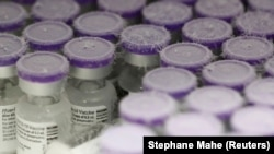 Флаконы с вакциной Pfizer-BioNTech от COVID-19 в морозильной камерой со сверхнизкой температурой. Иллюстративное фото.
