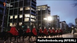 Під вікнами пентхаусу Ріната Ахметова в Лондоні проходить нічним маршем Королівська варта