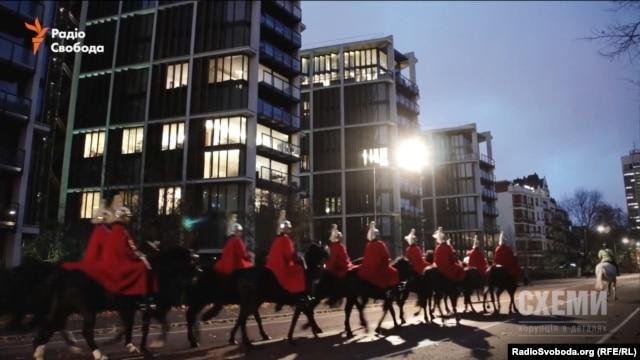 Під вікнами пентхауса Ахметова у Лондоні проходить нічним маршем Королівська варта