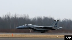 """Un avion militar american F-15C """"Eagle"""" fotografiat astăzi pe aeroportul Siauliai Zuokiniai din Lituania"""