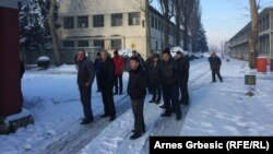 Radnici u krugu fabrike, foto: Arnes Grbešić