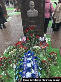 Венок от родных погибших александровцев на могиле погибшего КВС Романа Волкова
