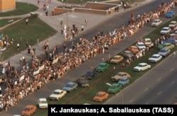Вільня, Літва, 23 жніўня 1989 году. «Балтыйскі шлях» — ланцуг людзей праз тры балтыйскія рэспублікі 23 жніўня 1989 году, у 50-ю гадавіну пакту Молатава-Рыбэнтропа, які прывёў да савецкай акупацыі Латвіі, Літвы і Эстоніі.