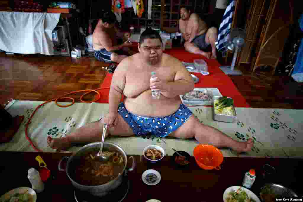 "Sumo wrestler Kaiho eats a ""chanko"" meal in the main hall of the Ganjoji Yakushido temple in Nagoya, Japan. (Reuters/Issei Kato)"