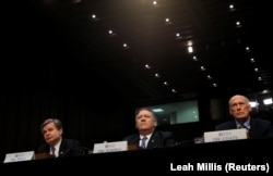 Глава ФБР Кристофер Рей, директор ФБР Майк Помпео и глава Национальной разведки Дэн Коатс выступают на слушаниях в сенате. 13 февраля 2018 года.