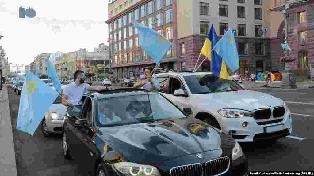 Учасники автопробігу слідують за патріотичною ходою в бік Майдану Незалежності