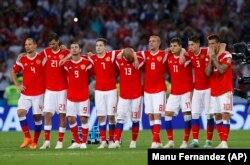 Сборная России по футболу. Алан Дзагоев – третий слева