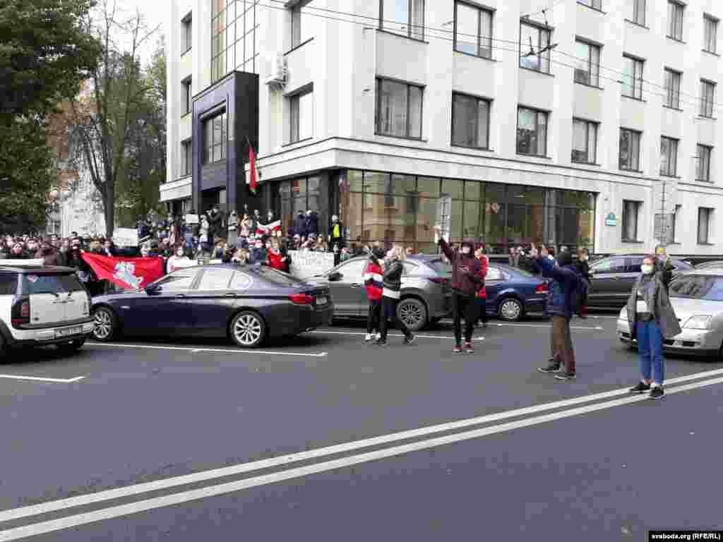 Протестующие время от времени перекрывают улицу Ленинградскую возле БГУ