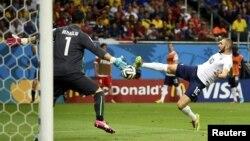 Բրազիլիա - Ֆրանսիայի հավաքականի հարձակվող Քարիմ Բենզեման գրավում է շվեյցարացիների դարպասը, Սալվադոր, 20-ը հունիսի, 2014թ.