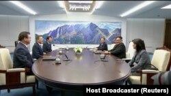 Predsjednici dvije Koreje za konferencijskim stolom pred sastanak