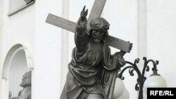 Скульптура Хрыста на ўваходзе ў Катэдральны касьцёл Горадні