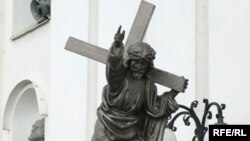 Скульптура Хрыста на ўваходзе ў Катэдральны касьцёл Горадні.