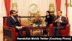 حمدالله محب مشاور امنیت ملی افغانستان (چپ) حین دیدار با وانگ یی وزیر خارجه چین در پیکنگ