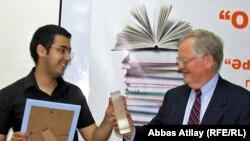 BBG Governor Victor Ashe (r) presenting the 2011 Oxu Zali award to Azerbaijani author Musa Efendi.