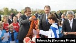 Прэзыдэнт UEFA Мішэль Плаціні і віцэ-прэм'ер Сяргей Румас узнагароджваюць пераможцаў дзіцячага футбольнага турніру, фота belarus.by