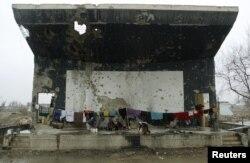 Беженцы живут на разрушенной летней сцене бывшего Русского культурного центра. Кабул, 13 декабря 2002 года.