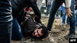 Ոստիկանությունը բերման է ենթարկում ցույցի մասնակիցներին Ստամբուլ, 1-ը մայիսի, 2017թ.