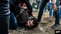 Поліція затримує протестувальника в Стамбулі, Туреччина, 1 травня 2017 року