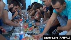Молодые люди во время приема пищи в месяц Рамазан. Иллюстративное фото.
