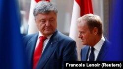 Еуропа кеңесінің басшысы Дональд Туск (оң жақта) пен Украина президенті Петр Порошенко. Брюссель, 9 шілде 2018 жыл.