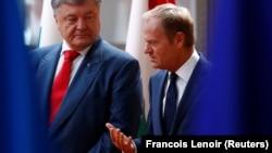 Avropa Şurasının prezidenti Donald Tusk (sağda) və Ukrayna prezidenti Petro Poroshenko