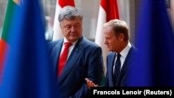 Петро Порошенко (л) і Дональд Туск (п) під час зустрічі у Брюсселі, 9 липня 2018 року