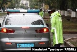 Сотрудник дорожной полиции у автомобиля. Иллюстративное фото.