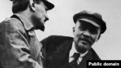"""კომუნისტი რევოლუციონერები ლევ ტროცკი (მარცხნივ) და ვლადიმირ ლენინი, რომელიც სიკვდილიდან ორ ათწლეულზე მეტი დროის გასვლის შემდეგ იქნა """"გამოძახებული""""."""