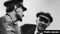 Орусия -- Лев Троцкий (солдо) менен Владимир Ленин. Москва, 1920-жылдын 1-январы.