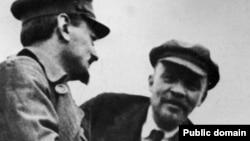 Лев Троцкий (сол жақта) мен Владимир Ленин (оң жақта) Үшінші Интернационалдың 2-сиезіндегі үзілісте сөйлесіп тұр. Мәскеу, 1 қаңтар 1920 жыл.