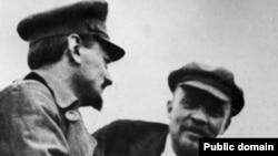 Lev Trotski și Vladimir Lenin la Moscova în ianuarie 1920.