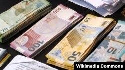 Банкноты достоинством 10, 20, 50 и 100 манатов