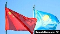 Кытай менен Казакстандын желектери.