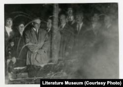 ქართველი მწერლები ვაჟას ნეშტთან მთაწმინდაზე, 1935 წლის 16 ოქტომბერი. ფოტო ინახება გ. ლეონიძის ქართული ლიტერატურის მუზეუმში
