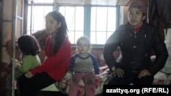 Улжалгас Кабылова (справа) с дочерьми. Шымкент, март 2015 года.