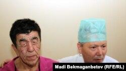 Нұржан Өркешбаев пен дәрігер Болат Баиров операция алдында. Алматы, 8 желтоқсан 2011 жыл.