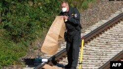 Полицейские убирает очередную обнаруженную бомбу с железнодорожных путей