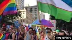 Узбекские гей-активисты несут флаг своей родины во время гей-парада в Нью-Йорке.