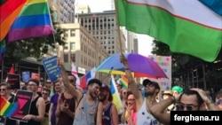 Ню-Йорк гей парадида Ўзбекистон байроғини кўтарганлар ҳам иштирок этди.