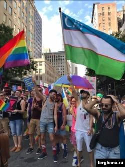 Узбекские гей-активисты несут флаг своей родины. Фото информагентства «Фергана».
