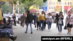Մարդիկ Երևանի փողոցներից մեկում, արխիվ