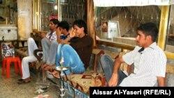 شباب يدخنون الاركيلة في أحد مقاهي النجف