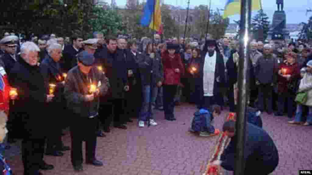 Заходи до 75-х роковин Голодомору 1932-1933 років пройшли у всіх містах та селах України. На фото: відзначення роковин Голодомору у Криму