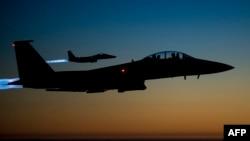 Ҷуфти ҳавопамоҳи F-15E дар фазои шимоли Ироқ. Акс аз бойгонӣ