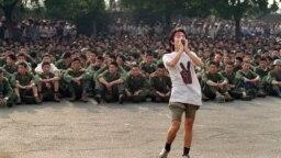 یکی از دانشجویان با فریاد خود از سربازان میخواهد به خانه برگردند
