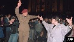 ხალხი ზეიმობს დამოუკიდებლობის აღდგენის დღეს. თბილისი, 1991 წლის 10 აპრილი