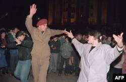 საქართველოს ჯარისკაცი ცეკვავს თბილისის ცენტრში 1991 წლის 10 აპრილს, მას შემდეგ, რაც საქართველომ საბჭოთა კავშირისგან დამოუკიდებლობა გამოაცხადა.