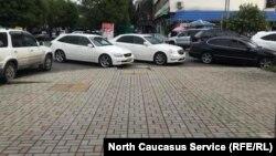 Водители паркуются прямо у спусков, блокируя проезд людям с инвалидностью